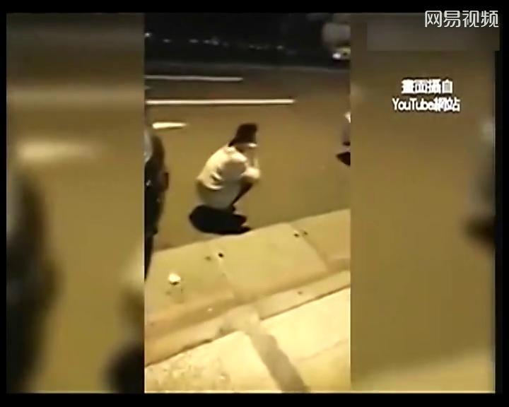 台湾女生参加抗议撞见男友劈腿 蹲路边哭骂