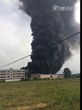 肇庆高要蚬岗高速出口附近的厂房发生重大火灾