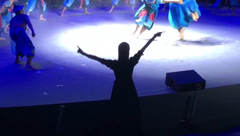 省第八届残运会闭幕式现场:老师在用手语指导舞蹈演员