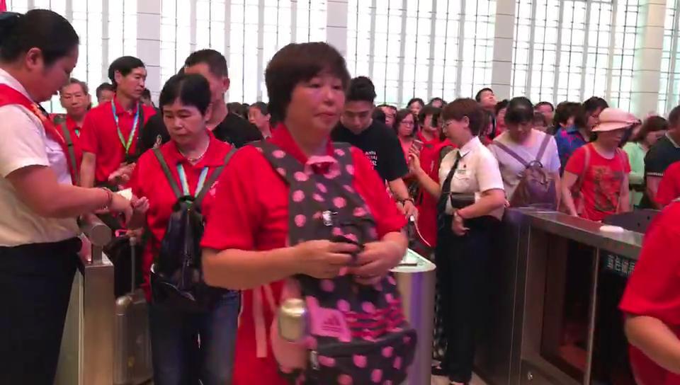 肇庆直达香港高铁首发列车旅客进站